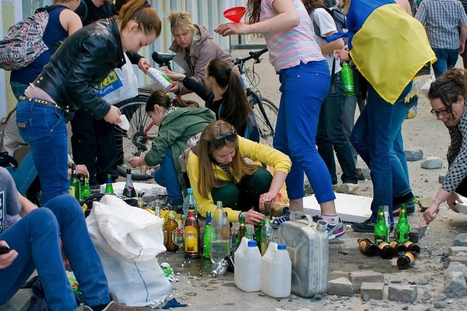 Jeunes filles préparant les cocktails molotov à Odessa le 2 mai 2014.